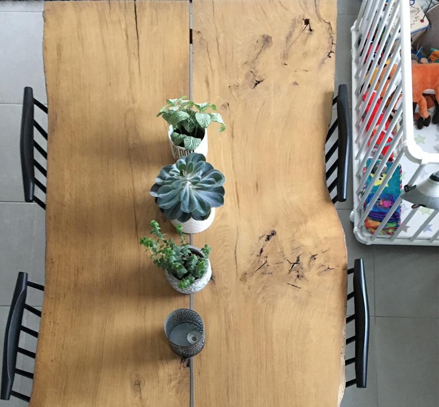Table en bois sur mesure de designer, sol gris