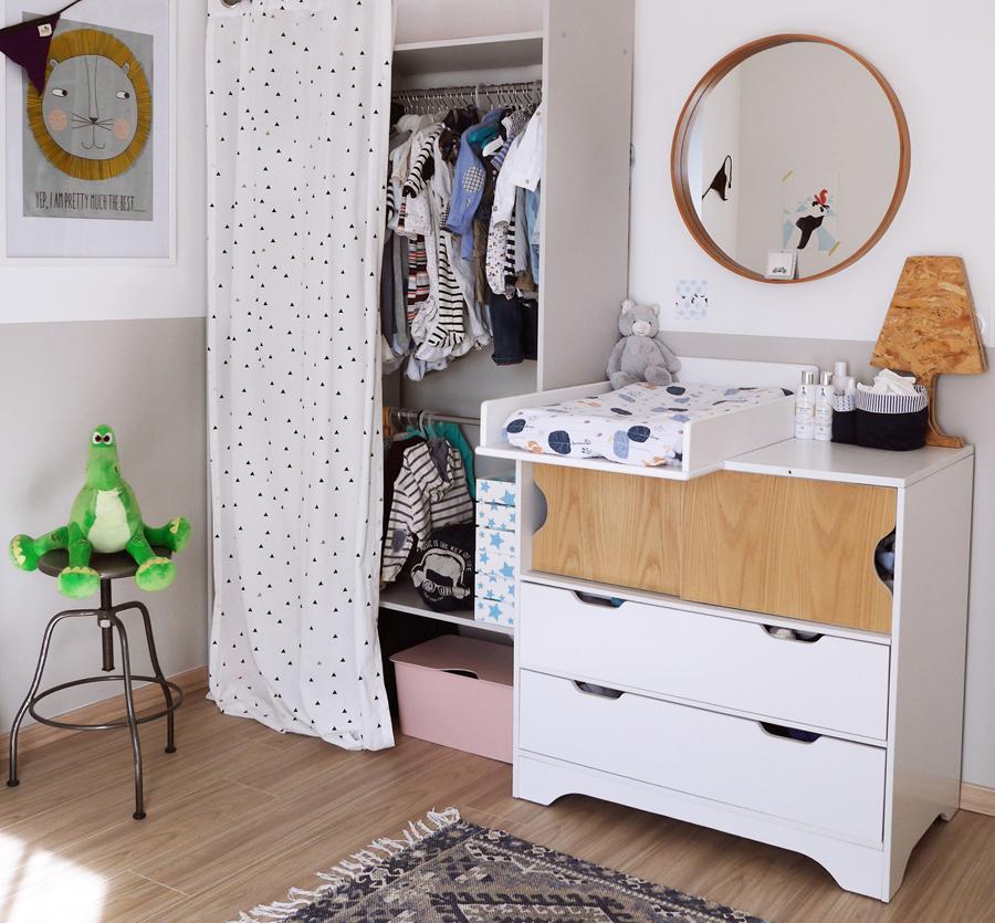 Décoration claire d'une chambre d'enfant et de son dressing, couleur douces, gris, blanc, taupe...