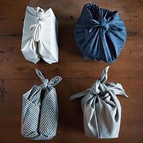 Furoshiki japonais papier cadeau en tissus sur table en bois