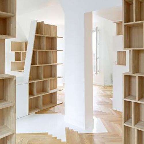 Intérieur optimisé par une architecte d'intérieur grâce a un système d'étagères