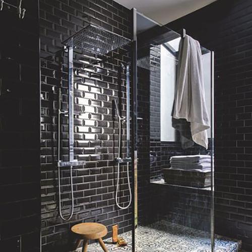 carreaux de métro noirs, salle de bain originale
