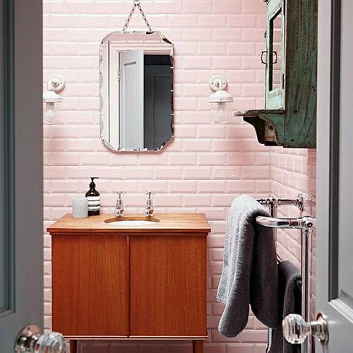 Salle de bain carreaux de métro rose girly ambiance fille