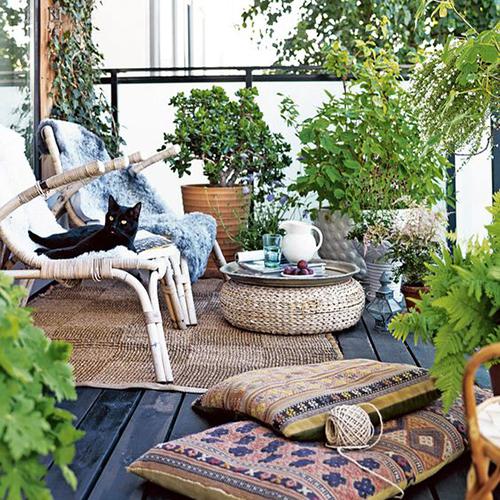 aménagement balcon bohème coussins tapis et plate verte
