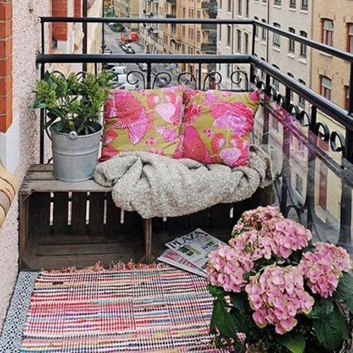 balcon coussins rose appartement boheme