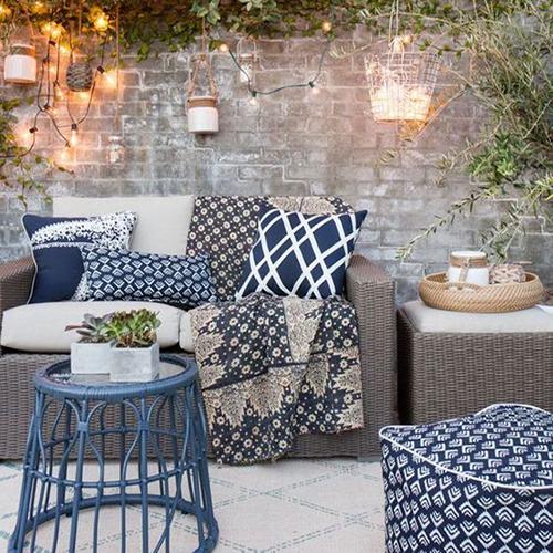 linge d'exterieur bleu décoration plaid coussins